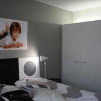 Makuuhuone on valaistu epäsuorasti kaapin päälle asennetulla loisteputkivalaisimella. Kuva Anne Korkala.
