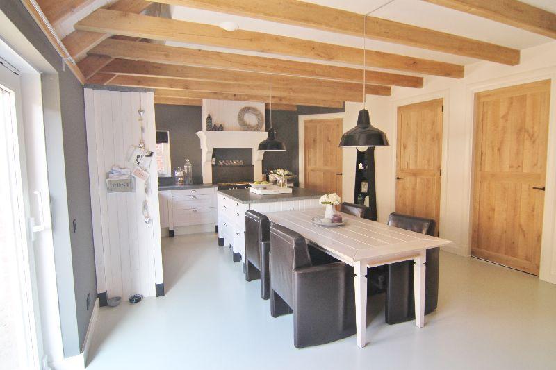 Rustieke Woonkeuken Gietvloer : Grote woonkeuken gietvloer houten deuren keuken