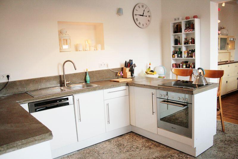 Heute biete ich euch einen kleinen Einblick in unser neues Reich, heute beginnt der erste Teil der Wohnungstour. Also, kommt herein und sehr euch um...      ...in unserer neuen Küche!   Wenn man unsere Wohnung betritt, steht man gleich in der Küche. Das fand ...
