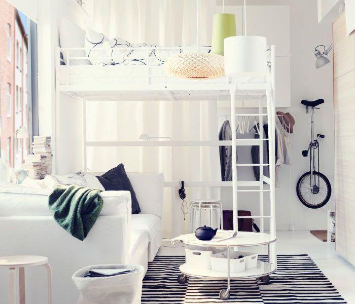 ikea sterreich ein wohn schlafzimmer mit troms hochbettgestell wei mit 3 teiligem tv blad. Black Bedroom Furniture Sets. Home Design Ideas