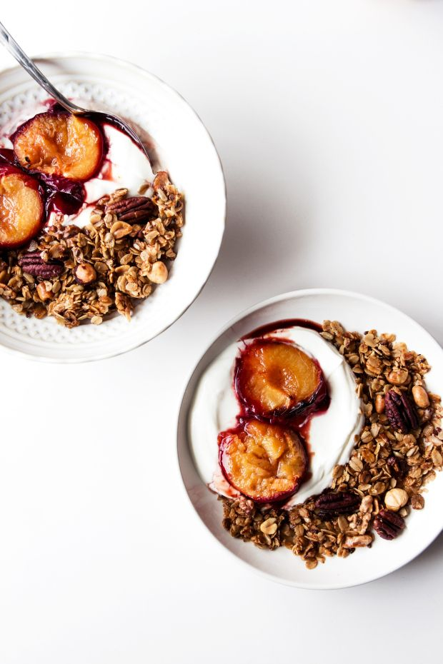 Pecan Granola with roasted Plums | Migalha Doce