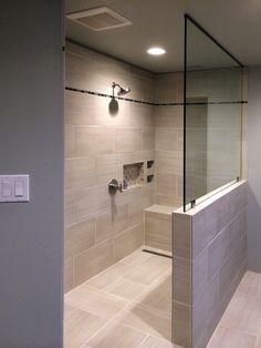 Hat eigentlich alles in der Dusche: Halbe Wand, Sitzstufe, Nische ...