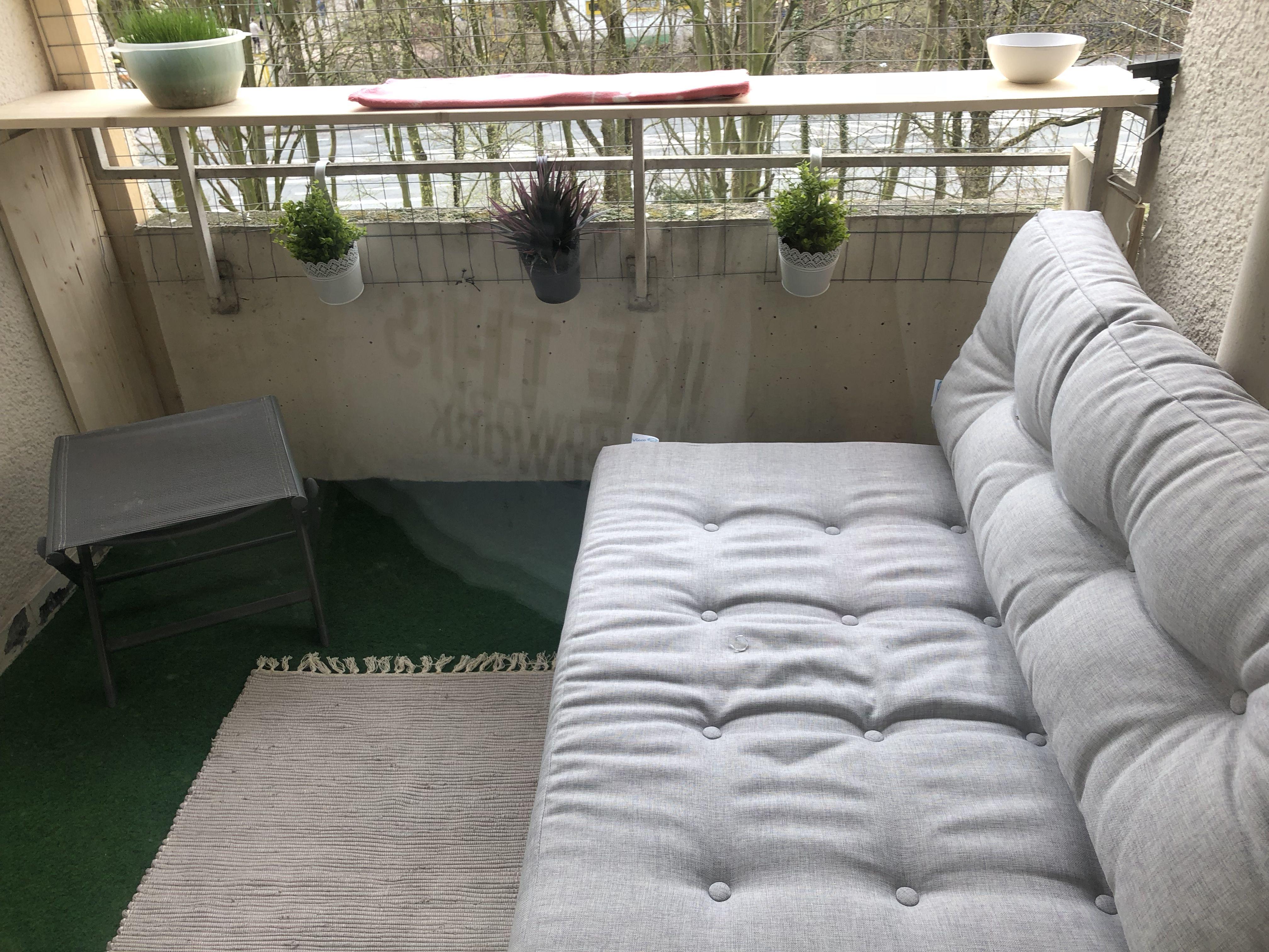 mein balkon :-) klein aber wunderbar genutzt. mit europaletten