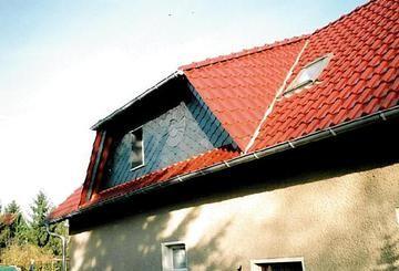 Dacheindeckung mit roten Ziegeln und Verziehrung mit Schiefer durch die Dachdeckerei Torsten Schröter in Groß Oßnig (03058) | Dachdecker.com