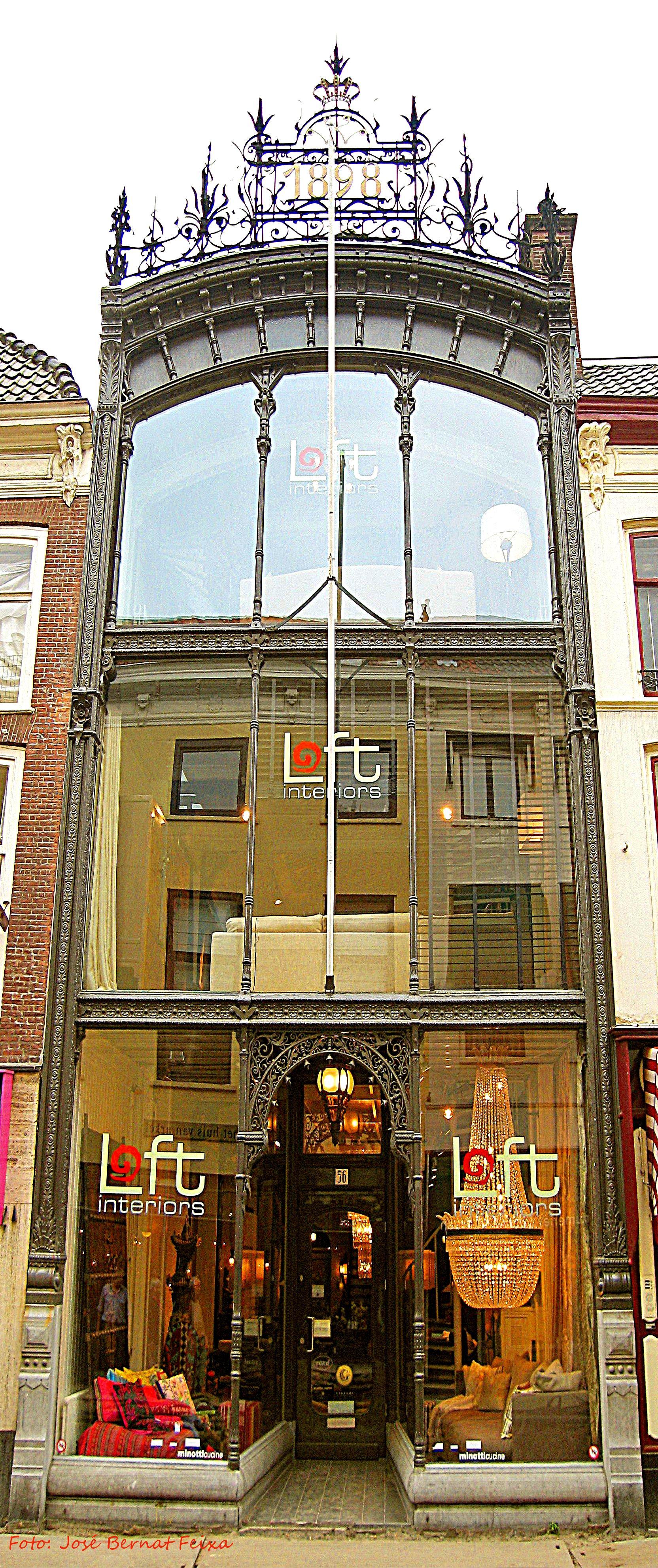 Den Haag, Varkenmarkt/Assendelftstraat Willibrorduskerk
