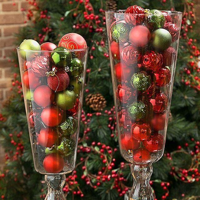 Quer fazer uma #decoração diferente para o Natal sem gastar muito? Coloque as bolas natalinas dentro de vasos transparentes. Vai ficar incrível! #minhaetna #NatalEtna