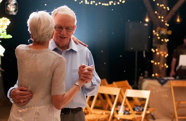 Bailad al ritmo de la que fue vuestra primera canción como marido y mujer.