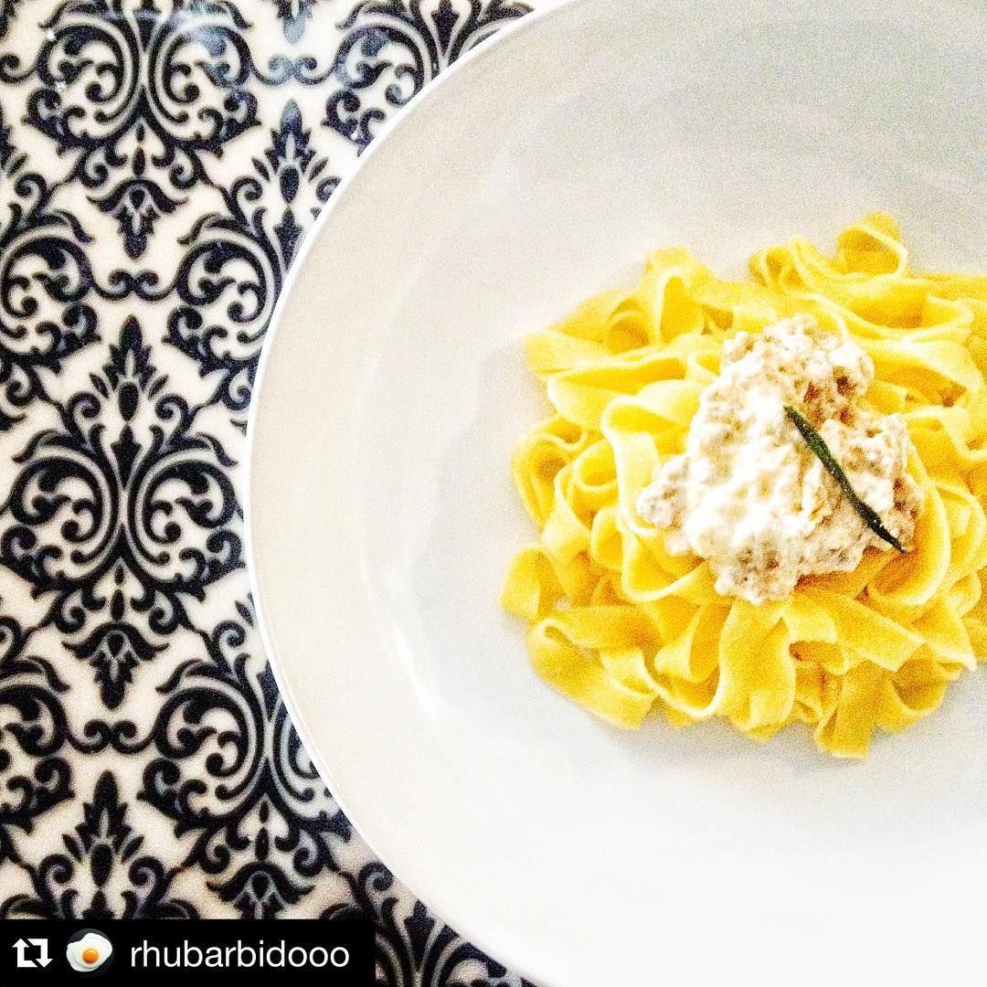#OggiLucianaMosconi ci porta nella cucina di @rhubarbidooo. ・・・ #OggiNienteDieta: fettuccine #LucianaMosconi con #salsiccia porro panna