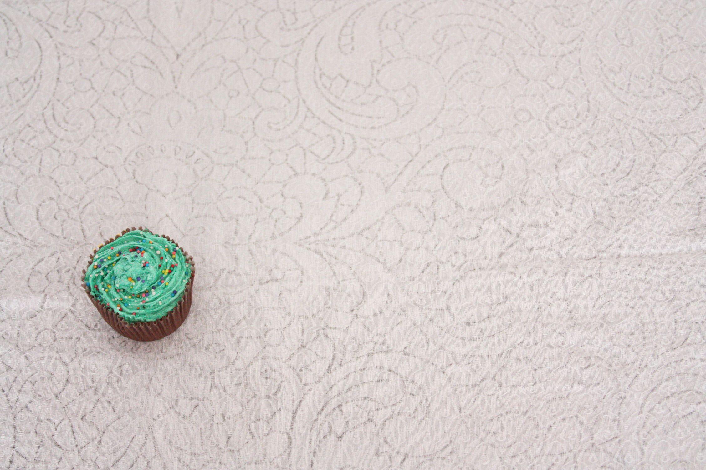 Um cupcake, massa de cor branca, foto de mergulho e valorização do ponto áureo. Mais que tudo, um cupcake gostoso!
