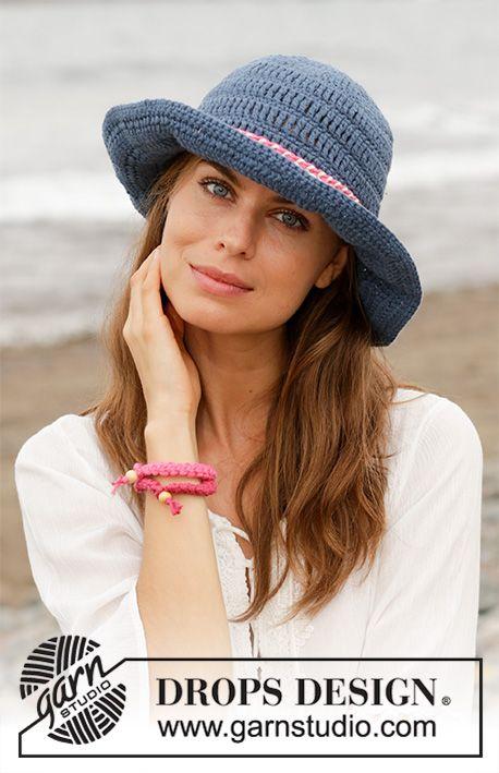 Sailor Jane / DROPS 190-22 - Das Set umfasst: Gehäkelter Hut mit Häkelband und Armband. Die Arbeit wird gehäkelt in DROPS Paris. #crochetedhats