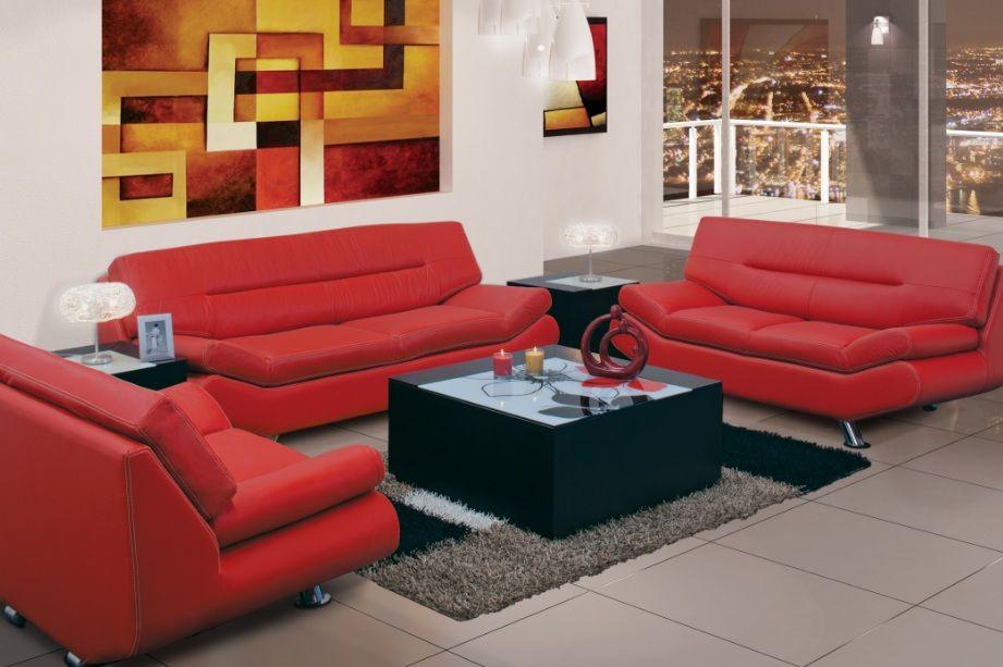 Los muebles rojos hacen un contraste perfecto con las paredes claras ...