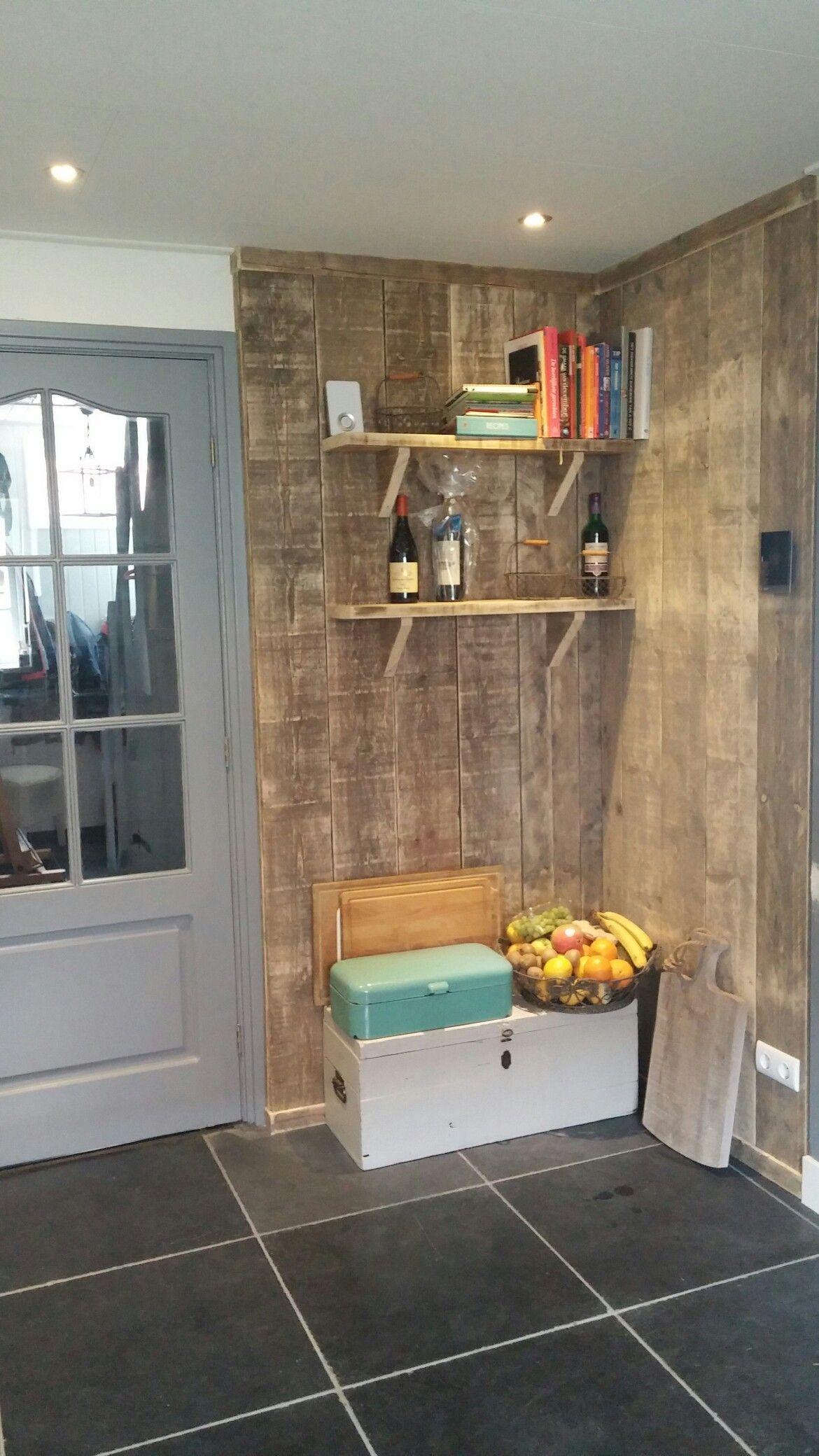 Hoek van steigerhout in de keuken en natuurstenen vloer van Natuursteen Meterik