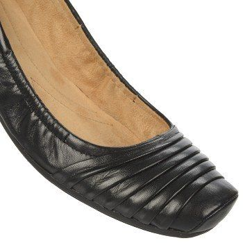 Ruffle up your slip-on style with the Virgo flat from Naturalizer.Leather upper in a slip-on style with a round toeRuffling detailSmooth lining, cushioning insole features N5 Comfort ElementsNon-slip outsole, 1.9 cm heel