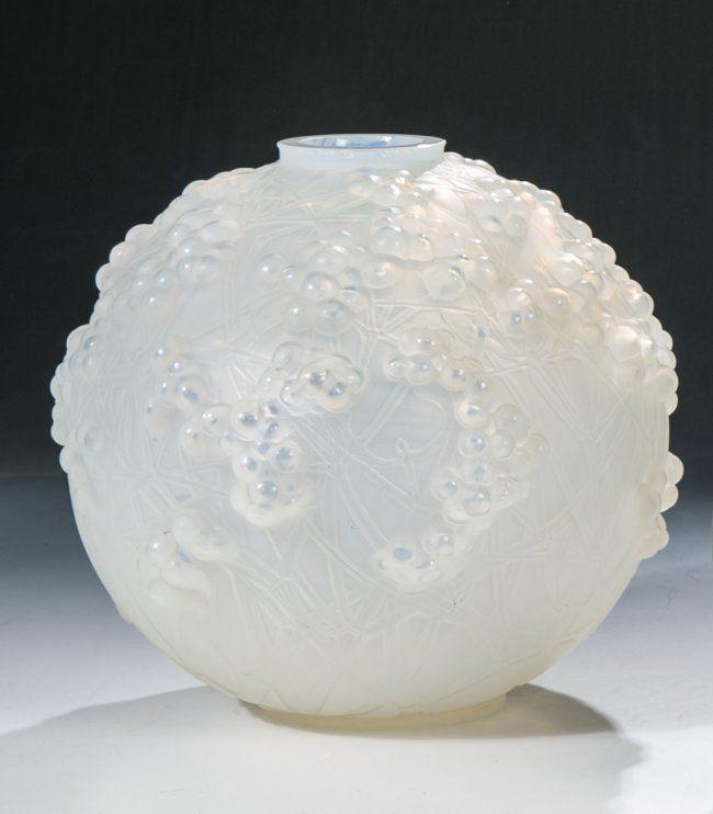 Kugelvase ''Druide'' (auch: ''Gui de chêne'') René LALIQUE, Wingen-sur-Moder, 1924 Opalisierendes Glas, in die Form gepreßt, teils durch Politur nachveredelt. Reliefdekor: Mistelzweige. Lippe beschl. und best.. Standunterseite in Gravur bez.: R. Lalique France. H. 17,5 cm Lit.: F. Marcilhac, N°937 (hva)