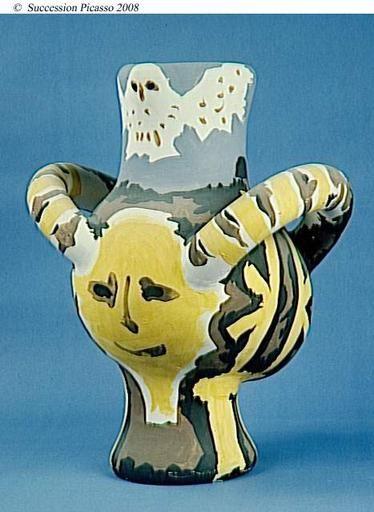 Vase à deux anses décoré de têtes (une face, un profil) et de deux chouettes, 3e quart 20e siècle, Paris ; musée national Picasso