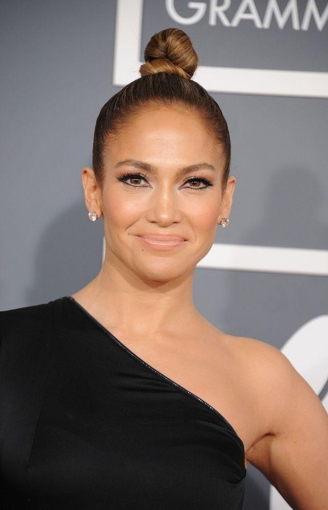 Jennifer Lopez ha tirato i suoi capelli dorati marrone chiaro color caramello in un … …