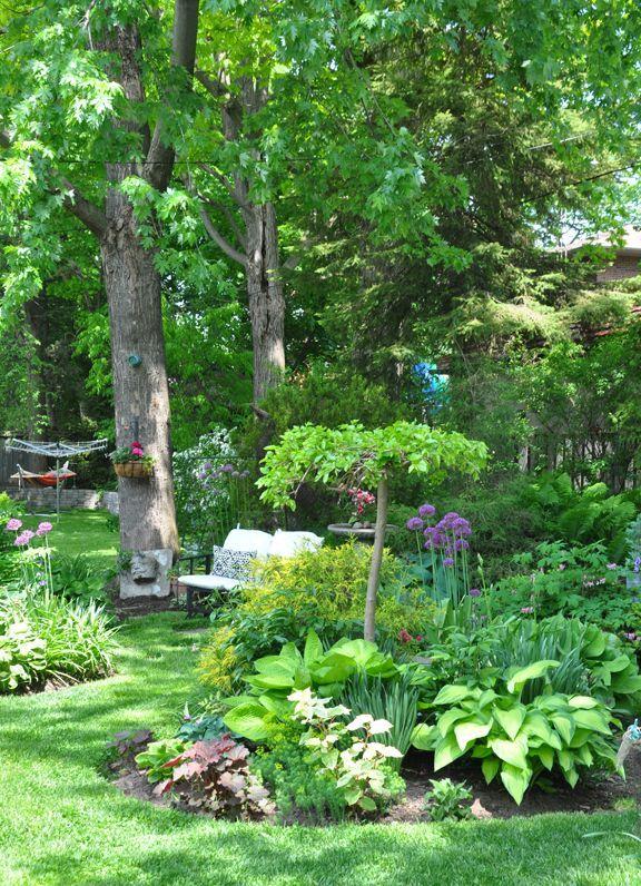Drei Hunde in einem Garten: Zwei kleine Hintergärten #kleinegärten
