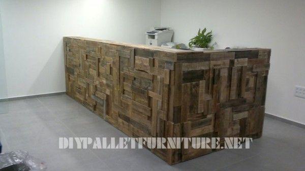 office halle ausgekleidet mit paletten planken 1. Black Bedroom Furniture Sets. Home Design Ideas