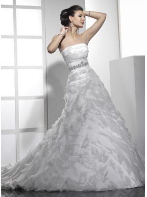 robe de mariée ébouriffée  avec une ceinture de perles beacoup de plisDentellets au dos et une traîne