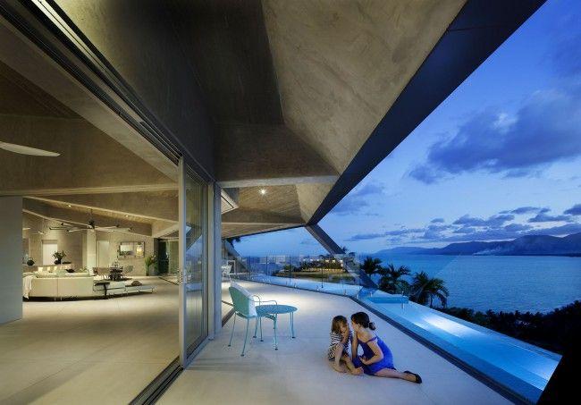 Maison design avec piscine à débordement de 10 mètres - #Architecture - Visit the website to see all photos http://www.arkko.fr/maison-design-piscine-debordement-10metres/