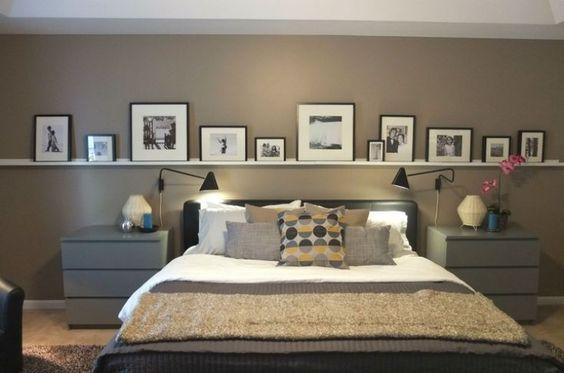 Bilderleiste an der Wand hinter dem Bett im Schlafzimmer - schlafzimmerschrank landhausstil weiß