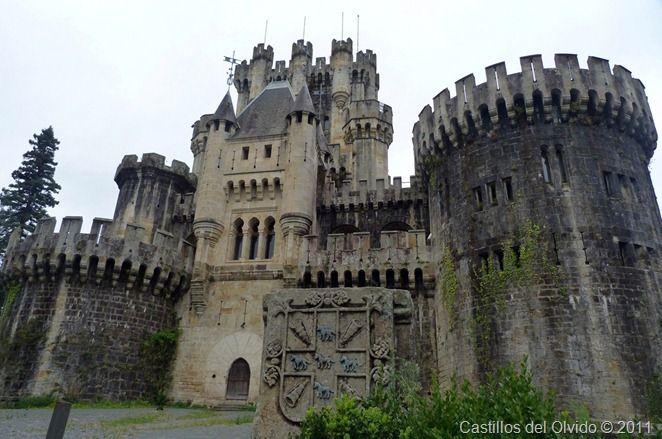 Castillo de Butrón El castillo de Butrón se alza sobre un monte de poca altura que se encuentra en medio de un compacto bosque de robles en el término municipal de Gatika, a 20 kilómetros de Bilbao, provincia de Vizcaya, (España).