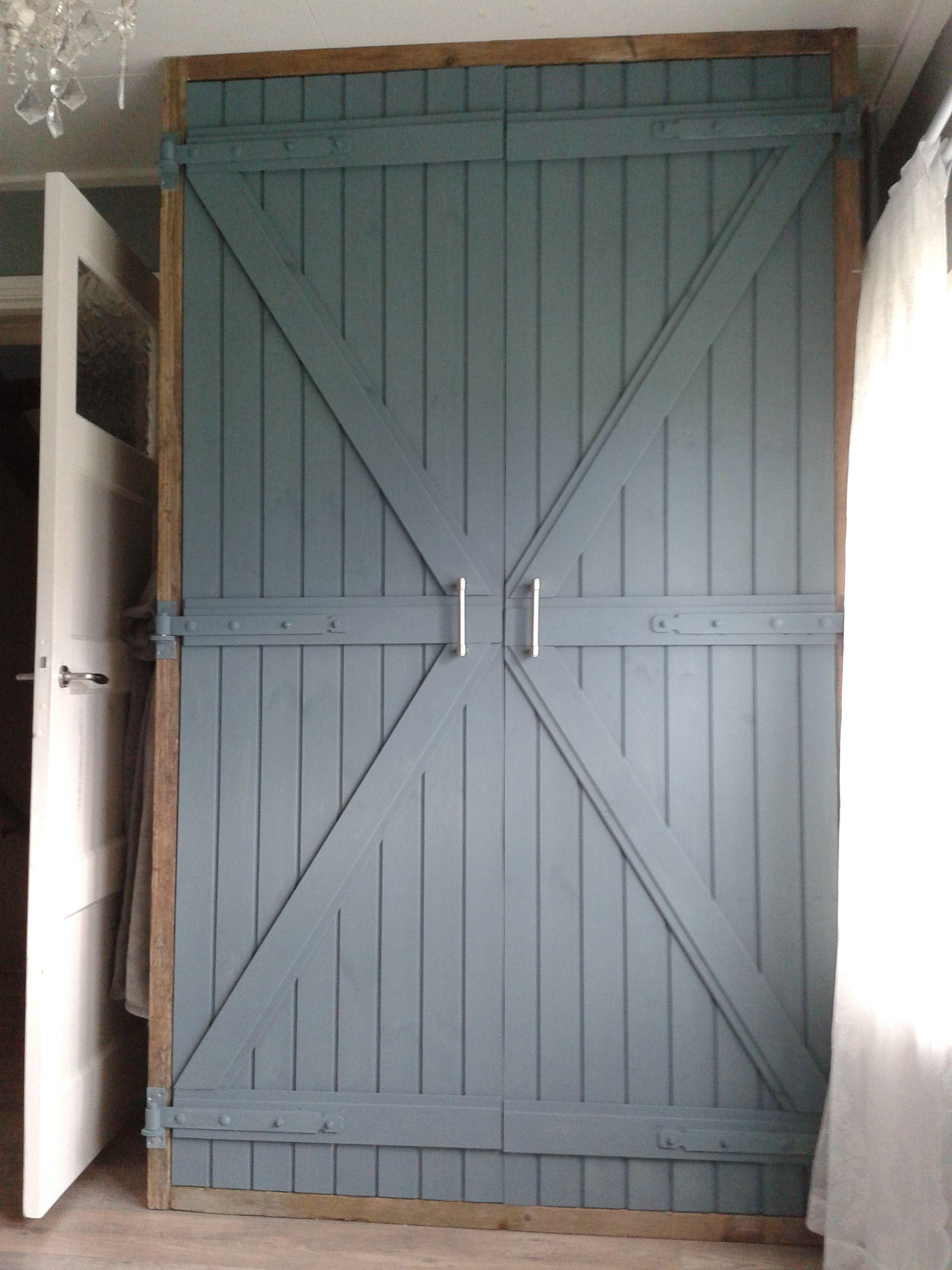Zelfgemaakte kledingkast van steigerhout. De deuren zijn