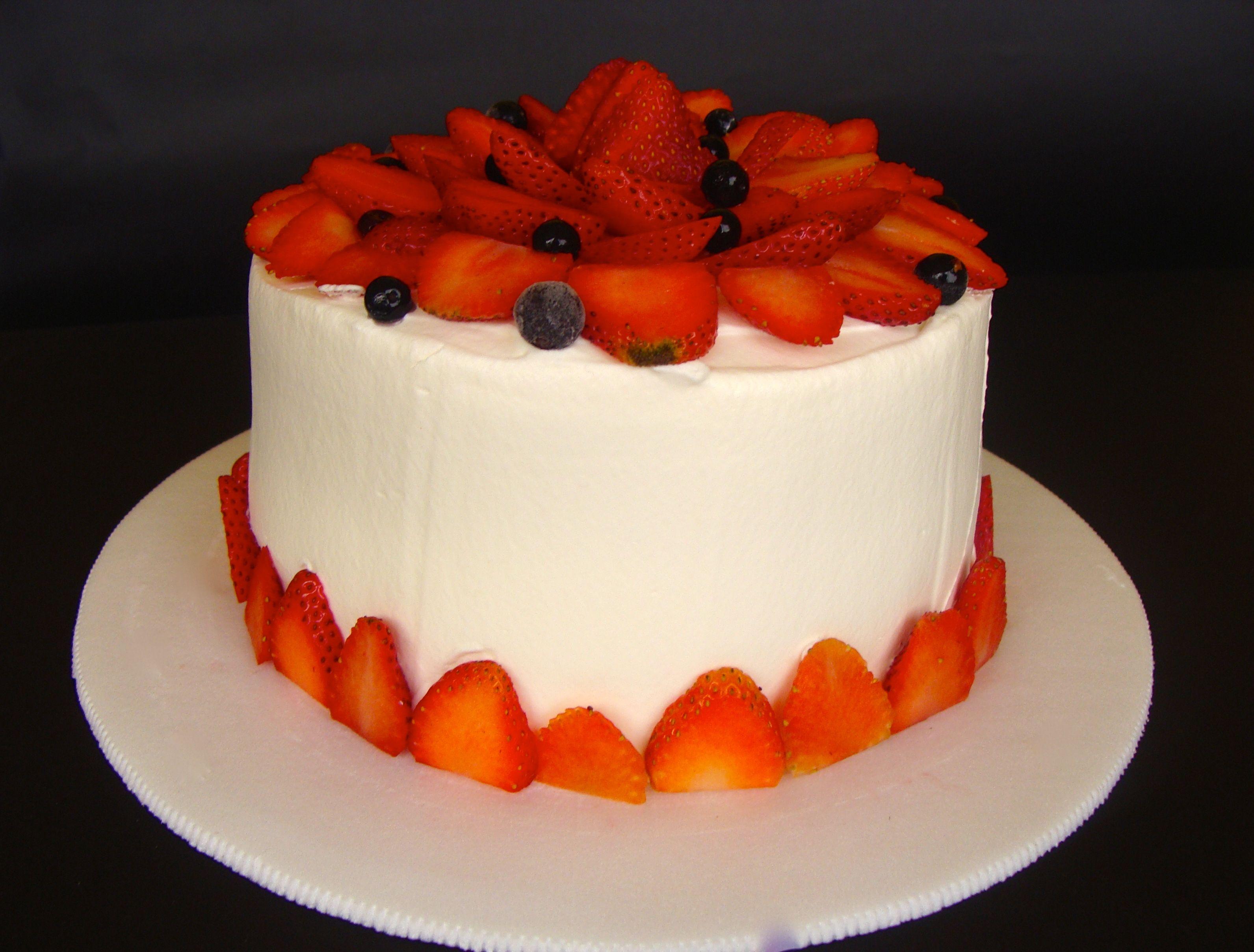 Pastel de chocolate, crema de vainilla, fresas y un toque de agraz ...