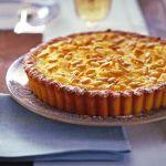 Scopri la ricetta della torta al limone e pinoli di Sale&Pepe. Stupisci i tuoi ospiti con un fine pasto semplice ma al tempo stesso goloso e raffinato.