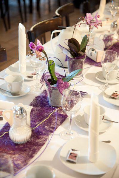 Hochzeitsdeko in Fuchsia und Pink Blumenstrauß und Tischdecke
