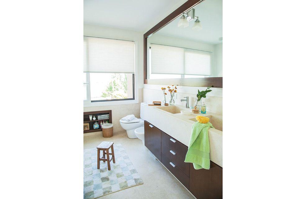 Mármol y madera para un baño actual | Espejos enmarcados, Grandes ...