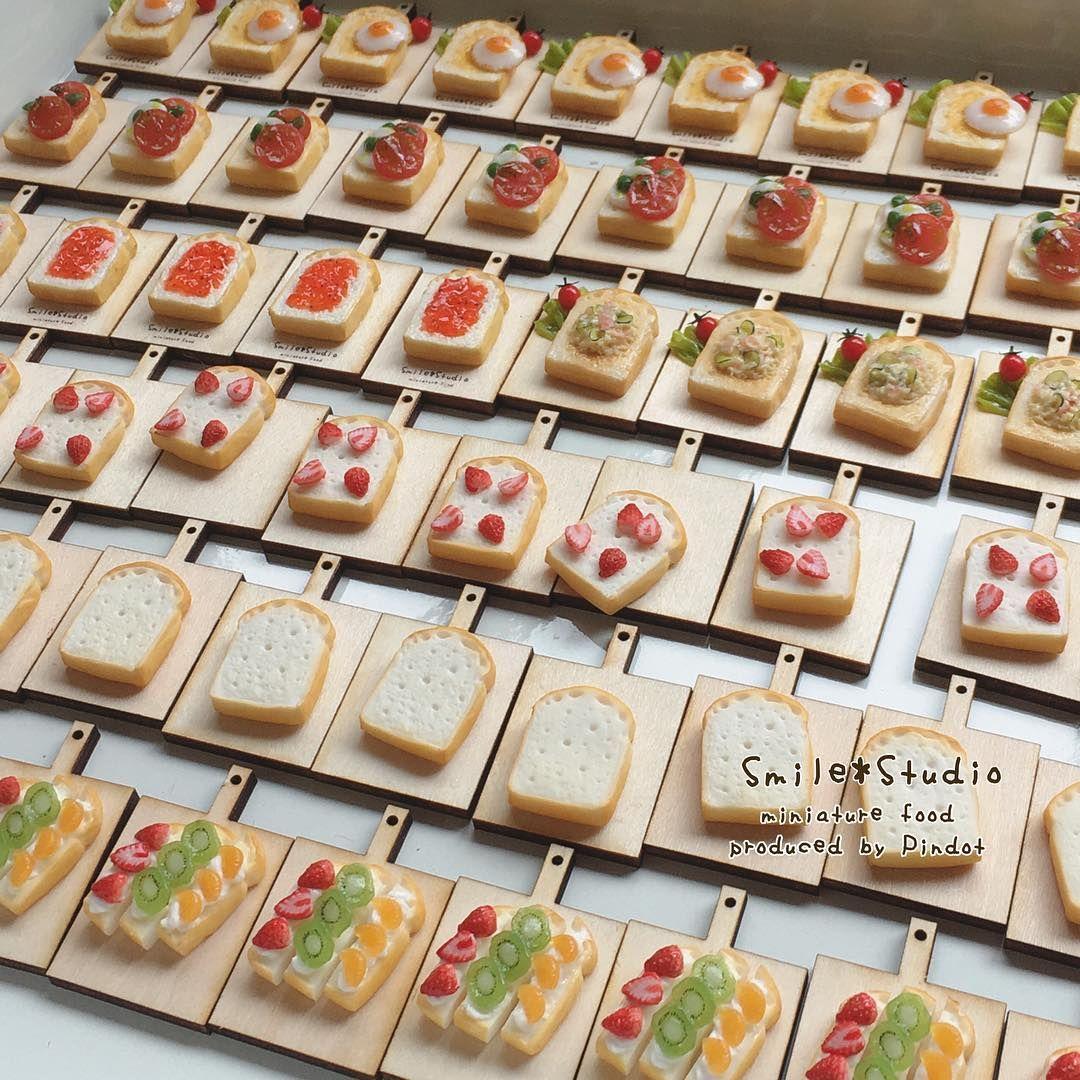 * ズラズラズラ〜っと🍞 のっけパンシリーズ作製中 * のっけパンもお腹いっぱいになって来たので そろそろ違うものを作りたいところ… あと少しでパンシリーズ出来上がりなので 頑張ろう( 'ω')و ̑ * 世田谷パン祭りで人気のあった、 フルーツたっぷり #スティックオープンサンド も 今回は、沢山作りました🍓🍊🥝 後程アップ画像撮ります♩¨̮ * #ミニチュアフード #ミニチュア#miniature m#miniaturefood #fakefood #ブローチ#minne #トースト#のっけパン#食パン#baked #bakery#minneのハンドメイドマーケット #目玉焼き#いちご#キウイ#みかん