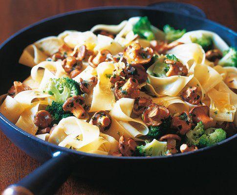 nudelpfanne mit broccoli und eierschw mmli rezept saisonk che pasta pinterest. Black Bedroom Furniture Sets. Home Design Ideas