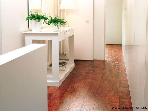 Crea un #pasillo luminoso con #suelos de madera y paredes blancas - decoracion con madera en paredes