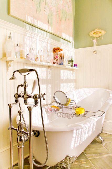 Ugh I love a good clawfoot tub. And I miss people having handy tub ...