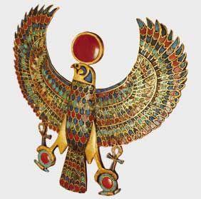 La riqueza se mostraba en las joyas, que tambien imprimia el color al vestuario egipcio, se empleaban perlas, oro, coral, agata, onice y calcedonia.