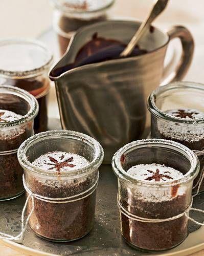 Seit vorgestern im Kühlschrank - wenn keiner den Pudding vorher aufnascht! Die heiße Soße wird vor dem Servieren angerührt, und auch für die Puderzucker- Deko bleibt locker noch genug Zeit.Zum Rezept: Schoko-Nuss-Pudding im Glas