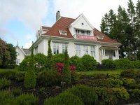 """Dette bygningen er tegnet av arkitekt Gerhard Fischer, og på tegningene står """"Villa Dr. Smitt"""" og årstallet 1911. Anton Elias Smitt ble ansatt som lege ved Amtssykehuset i 1909, og mindre enn et steinkast fra arbeidsplassen fikk han seg tomt."""