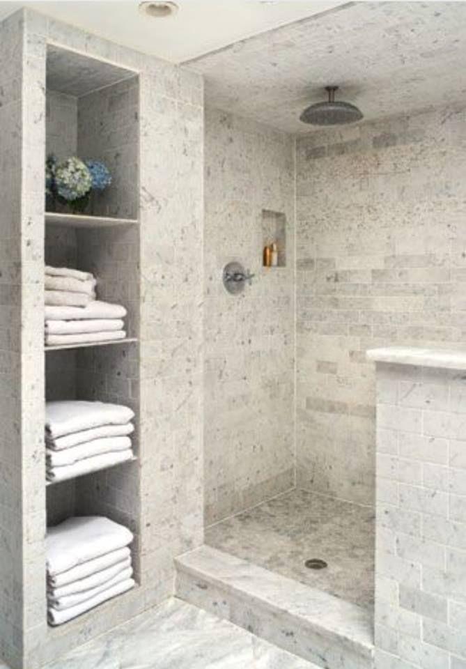 Bodentiefe Dusche, Die Sich Perfekt In Die Geflieste Gestaltung Des  Badezimmers Einfügt U003eu003e Walk In Shower
