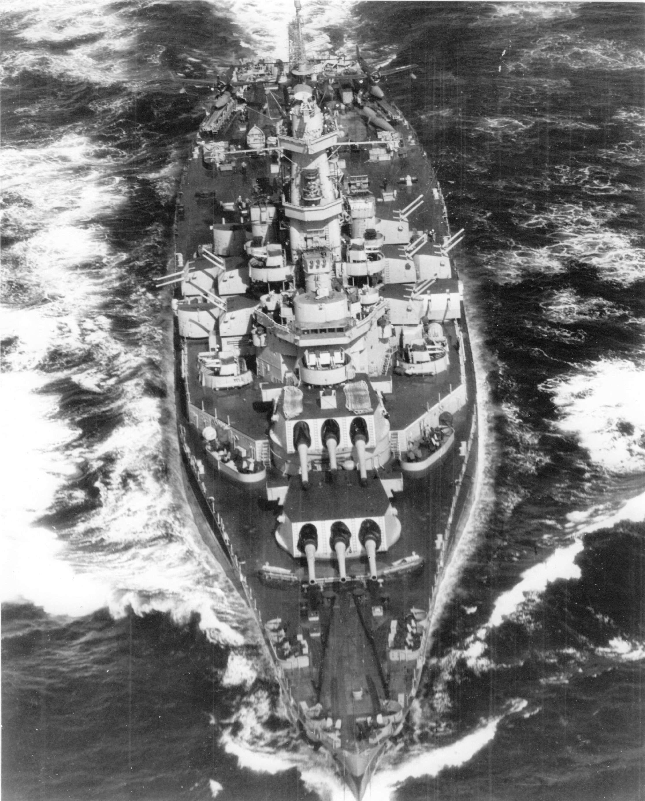 [Photo] Aerial bow view of US battleship Alabama underway ...