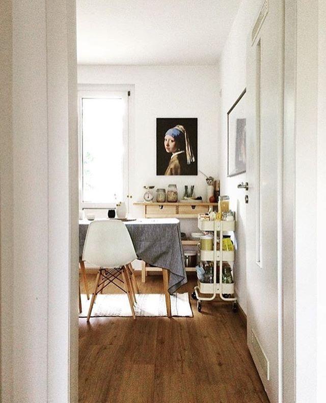 Kunst im Esszimmer! Das Mädchen mit dem Perlenohrring von Jan Vermeer ist ein wunderwunderschöner barocker Wandschmuck 🖼Foto: @dazwischentage #repost #solebich #einrichtung #interior #vermeer #kunst #küche #esszimmer #homedecor
