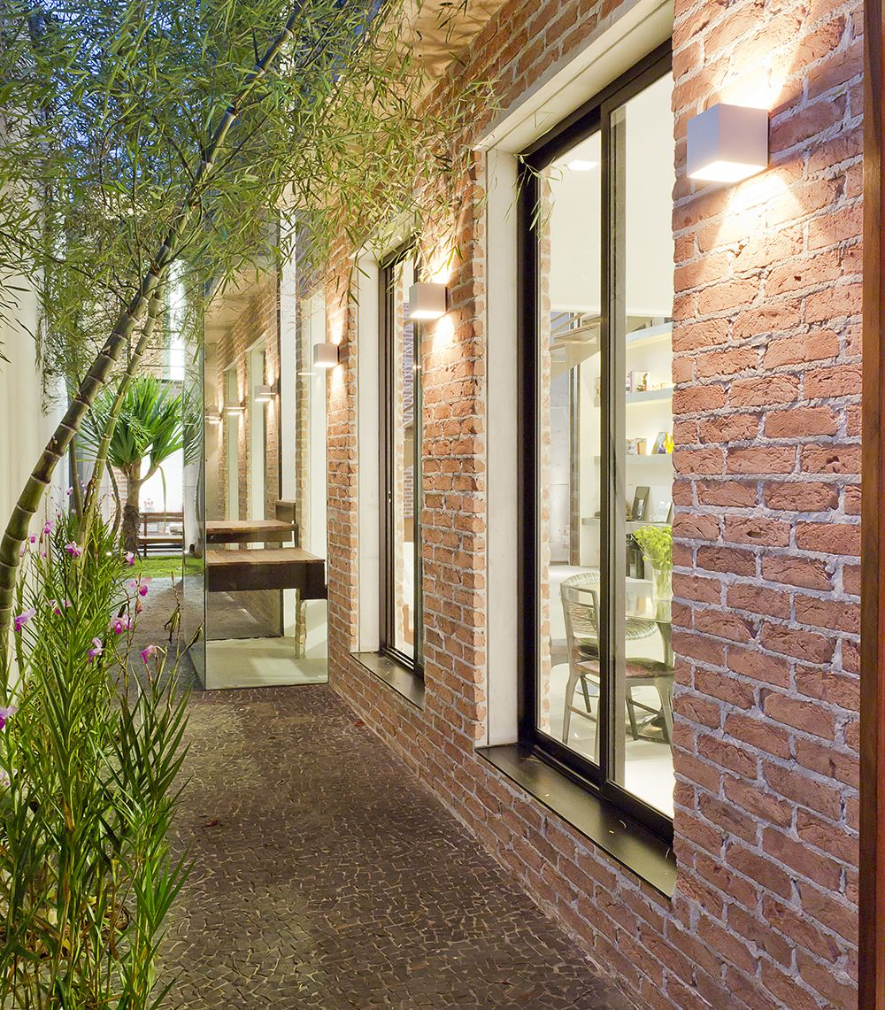 Fachada da casa com tijolo aparente e grandes janelas for Fachadas de casas estilo rustico moderno