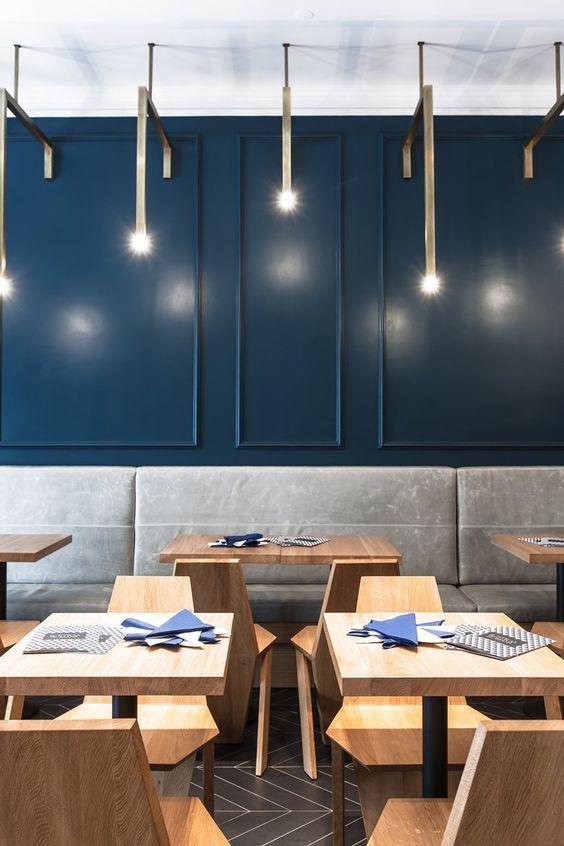 La couleur bleu marine dans la déco  ClemAroundTheCorner  BlogDéco is part of Restaurant interior design - La couleur bleu marine est un coloris de caractère bien que très doux  Il apporte aisément une impression de sérénité et de calme à une pièce  C'est donc un coloris à privilégier chez soi  D'autant plus qu'il est très facile à accorder  Voici comment plongez (tête la première) dans une déco bleu marine