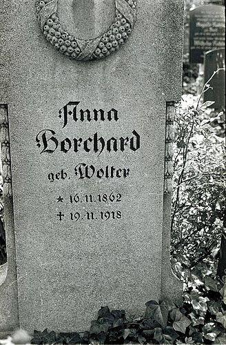 Walter Borchard fotografierte von 1936 bis 1946 das Geschehen um ihn herum. Von 1938 bis 1939 dokumentierte er beispielsweise den Bauverlauf des RIAS-Gebäudes. Zwischendurch fotografierte er immer wieder Menschen in Alltagssituationen. Seinen Abreißkalender fotografierte er mit – Woche für Woche. Damit entstand eine Sammlung von etwa 12.000 Bildern aus der Zeit des Nationalsozialismus: Familienausflüge, hochrangige Nazis in Uniform, Berlin in Trümmern.