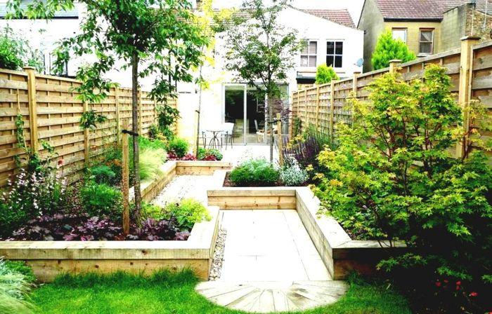 vier kleine bume grner rasen in einem kleinen hinterhof garten pflegeleicht - Ideen Fr Kleine Hinterhfe Ohne Gras