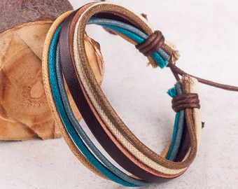 De cuero y pulsera de cáñamo como se muestra en las fotos. Material: Cuero y cáñamo Color: Marrón cuero y vara de oro, dril de algodón, gris, el trigo y cáñamo marrón  Ver todas nuestras pulseras de cuero individuales aquí: http://etsy.me/26C940q  Material: Cuero y cáñamo. Color: El color y el estilo son como las fotos. Tamaño: Aprox. 6.5 dentro de la circunferencia y se ajusta hasta 9.5 Nuestra página de tiendas: http://etsy.me/1ryKv3S  Tiempos de producción cam...