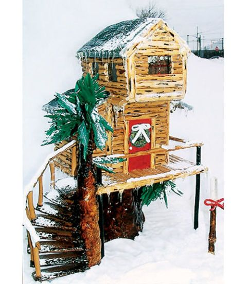 """Former Runner-Up Winner Tony Bennett, of Pontiac, MI, made his tree house look authentic by painting a wood grain on the gingerbread """"planks."""""""