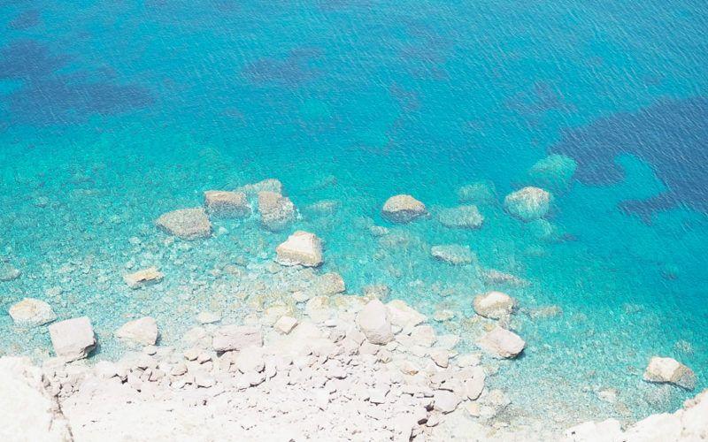 Glasklares Wasser auf Santorin © Carina Dieringer