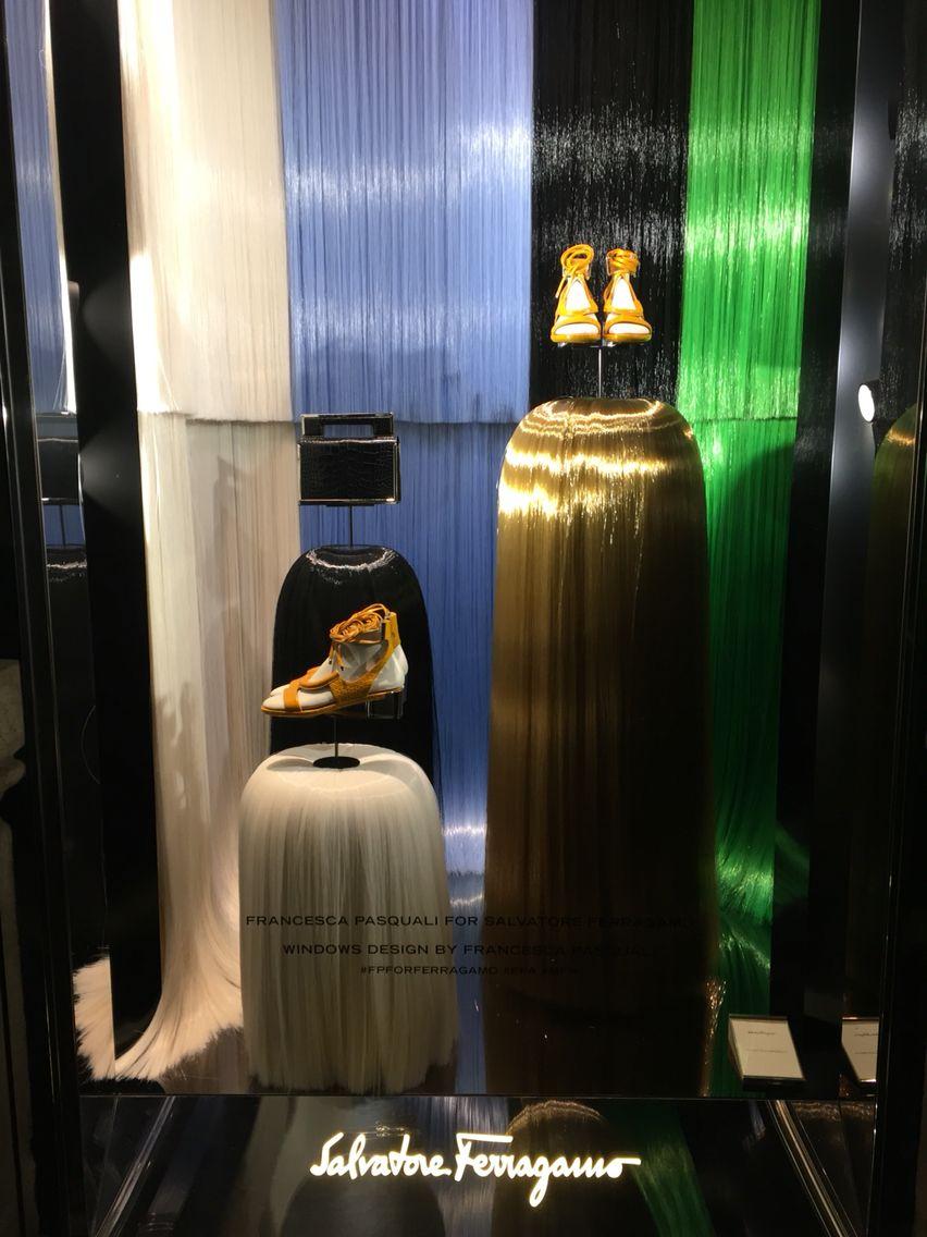 FRANCESCA PASQUALI for SALVATORE FERRAGAMO   Francesca Pasquali veste di arte le vetrine di Ferragamo; lunghe e sinuose setole plastiche scendono dall'alto e diventano scenari per la collezione Salvatore Ferragamo 2016  Milano Fashion week 2016 @ferragamo Montenapoleone 3, Milano #francescapasqualiarchive #mfw #salvatoreferragamo #art #installation