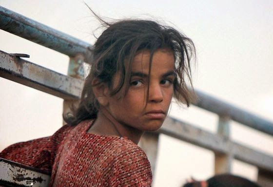 el ventano: La desafiante mirada de una niña yazidí